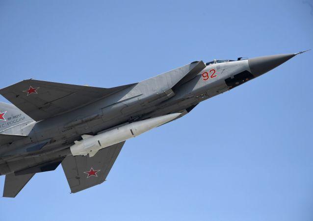 O caça polivalente MiG-31 com mísseis hipersônicos russos Kinzhal durante a parte aérea dos ensaios do desfile militar do Dia da Vitória em Moscou