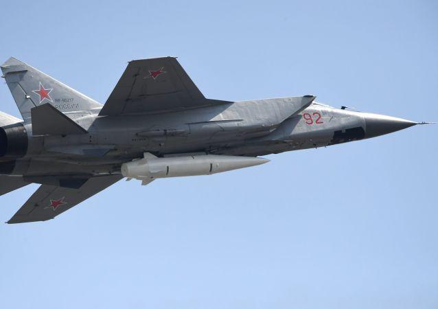 O caça russo MiG-31 equipado com mísseis balísticos Kinzhal