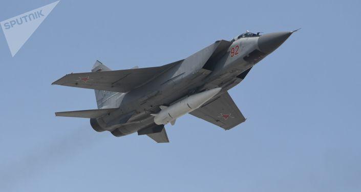 Os mísseis hipersônicos do sistema Kinzhal, que equipam os inovadores caças interceptores, são capazes de eliminar porta-aviões, destróieres e cruzadores do inimigo