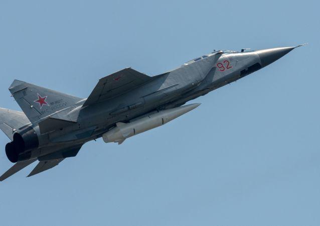 O caça polivalente MiG-31 com míssil hipersônico russo Kinzhal durante a parte aérea dos ensaios do desfile militar do Dia da Vitória em Moscou