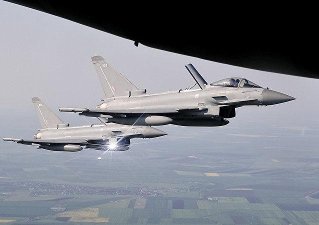 Caças Eurofighter Typhoon da Força Aérea Real escoltando um avião comercial sobre o leste da Romênia