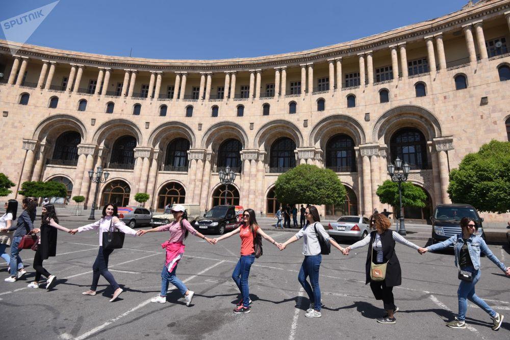 Simpatizantes do líder oposicionista Nikola Pashinyan na Praça da República, em Erevan