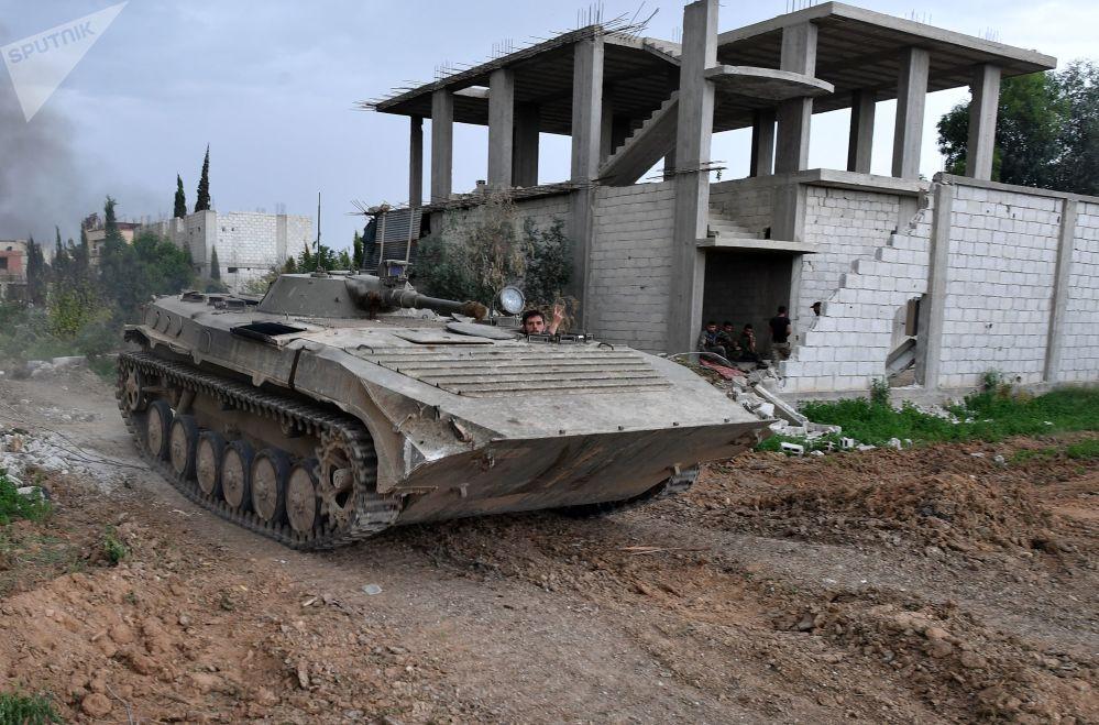 Equipamentos militares na linha de contato entre o exército sírio e o agrupamento terrorista Daesh (proibido na Rússia e vários outros países) perto do campo de refugiados palestinos de Yarmouk, nos arredores de Damasco