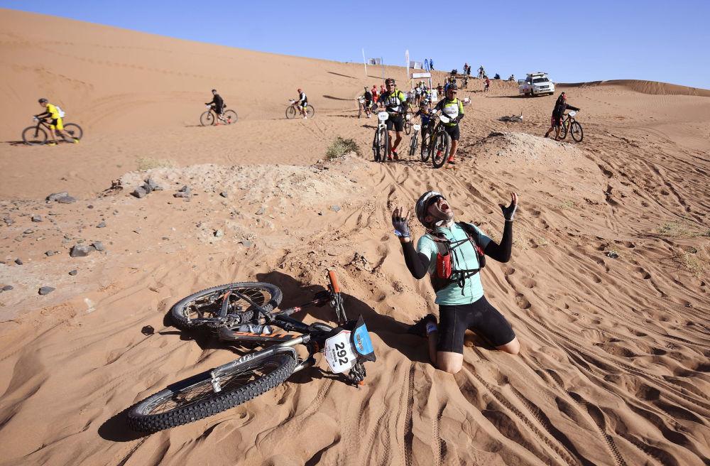 Participantes da corrida Titan Desert 2018, em pista montanhosa de 600 km, em Marrocos