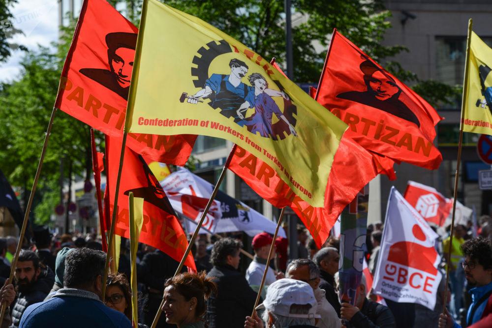 Participantes do desfile do Dia do Trabalhador, no 1º de maio, em Berlim, na Alemanha