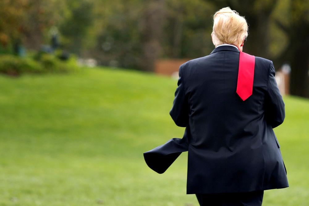 Presidente dos EUA, Donald Trump, em um relvado em frente da Casa Branca, em Washington