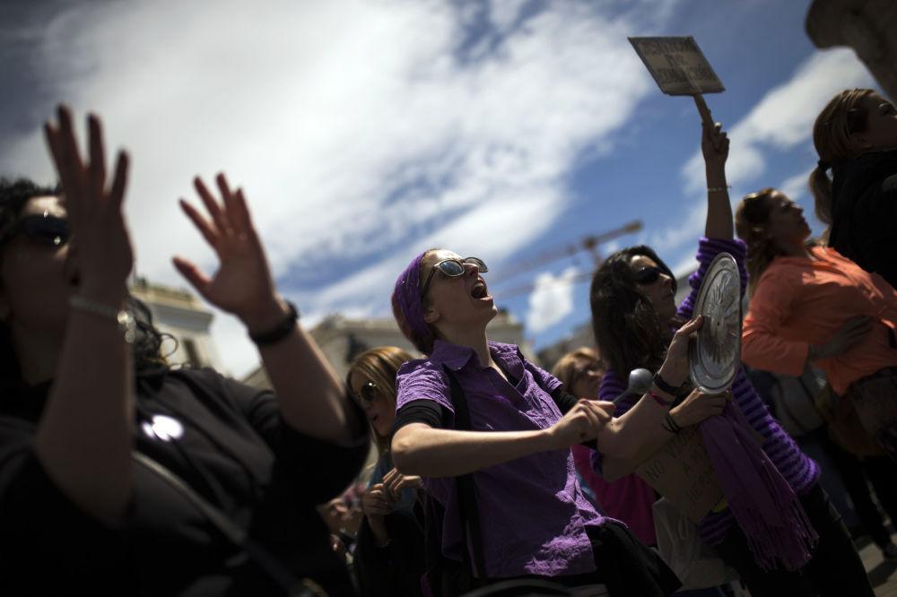 Em Madri, mulheres protestam contra a sentença de absolvição de cinco homens que tinham sido acusados de violação