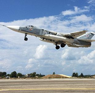 Bombardeiro Su-24 decola a partir de aeródromo de Khmeimim na Síria