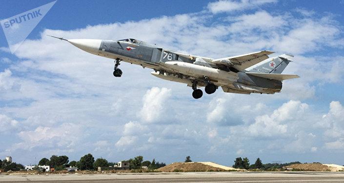 Bombardeiro Su-24 decola a partir de aeródromo de Hmeymim na Síria