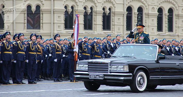 Ministro da Defesa russo, Sergei Shoigu, passa revista aos batalhões durante o ensaio geral da 73ª Parada da Vitória, em 6 de maio de 2018, na Praça Vermelha