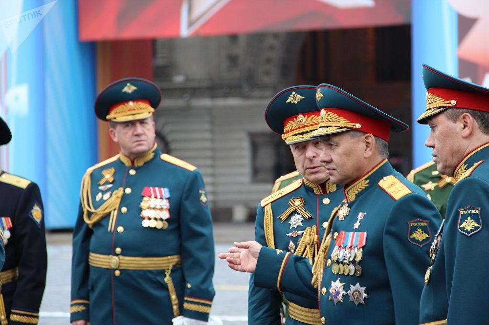 Ministro da Defesa russo, Sergei Shoigu, junto ao comandante da 73ª Parada da Vitória, Oleg Salyukov, durante o ensaio geral, em 6 de maio de 2018, na Praça Vermelha