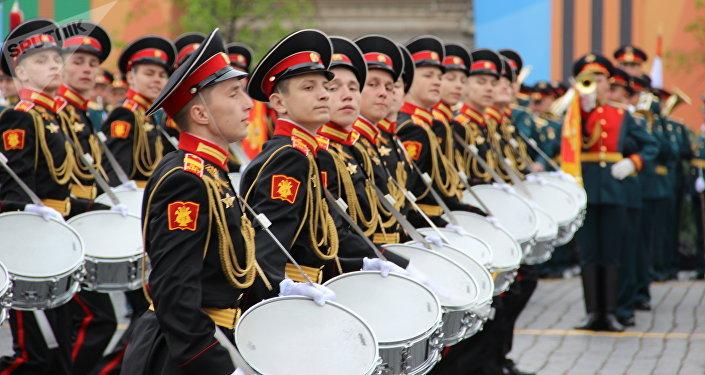 Estudantes do Colégio de Música Militar de Moscou participam do ensaio geral da 73ª Parada da Vitória, em 6 de maio de 2018, na Praça Vermelha