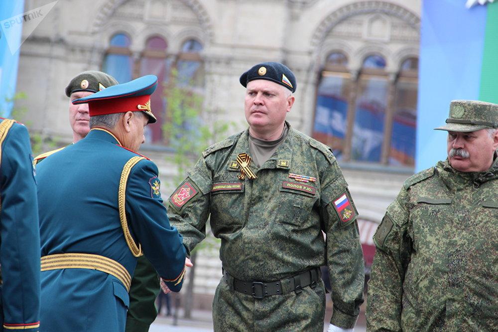 Ministro da Defesa russo, Sergei Shoigu, aperta a mão de um dos comandantes dos batalhões após o fim do ensaio geral da 73ª Parada da Vitória, em 6 de maio de 2018, na Praça Vermelha