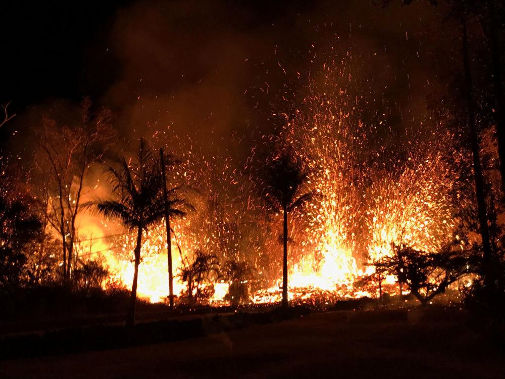 Nova fissura emitindo jato de lava devido à erupção vulcânica no Havaí