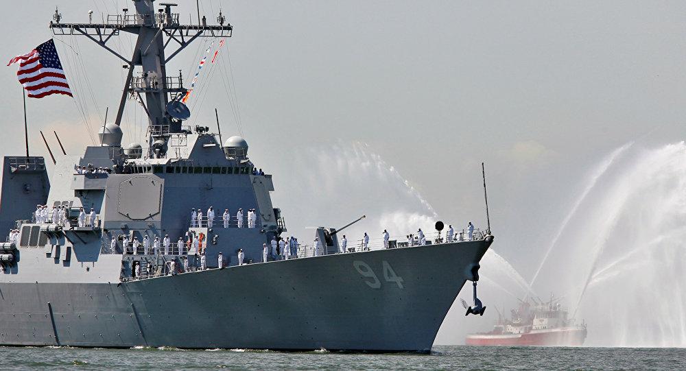 O destróier de mísseis guiados norte-americano Nitze perto da entrada do porto de Nova York, em 24 de maio de 2006