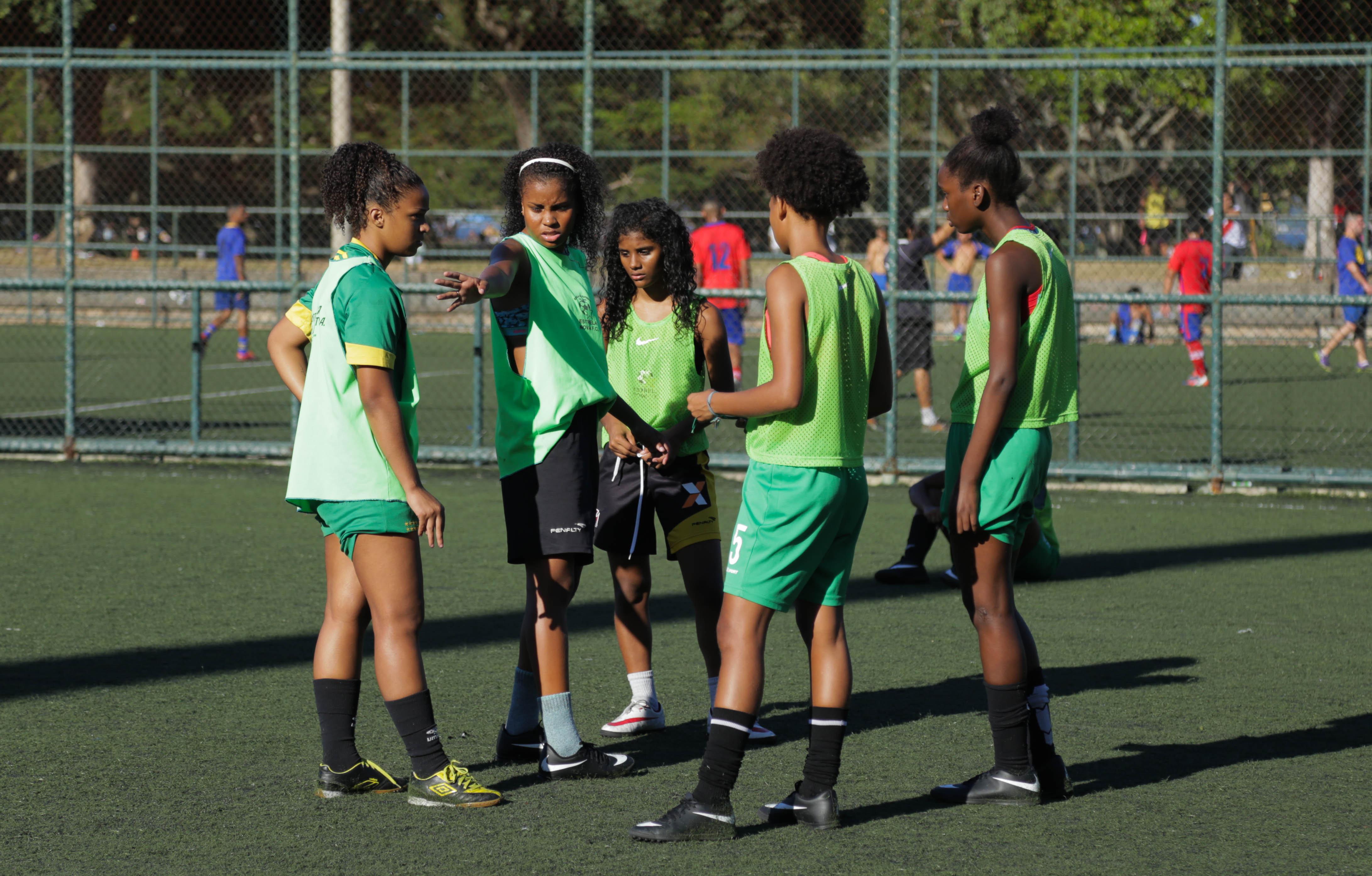 Jogadoras da seleção brasileira na Street Child World Cup 2018 treinam no Aterro do Flamengo, Rio de Janeiro, Brasil.