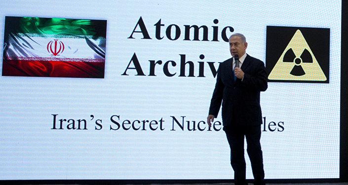 Premiê israelense, Benjamin Netanyahu, apresentando materiais sobre o suposto programa nuclear iraniano em Tel Aviv (arquivo)