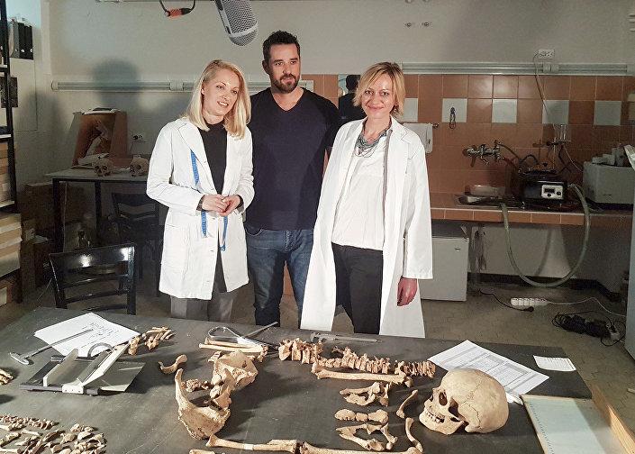 Dusan Jovovic com duas mulheres da equipe científica