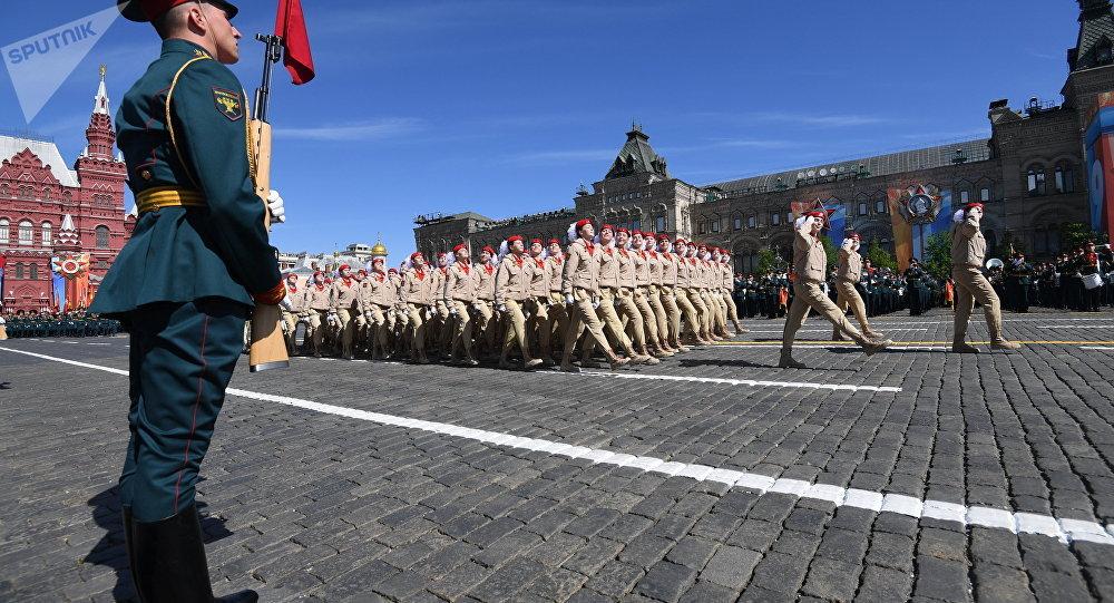 Exército Jovem desfilando na Parada da Vitória