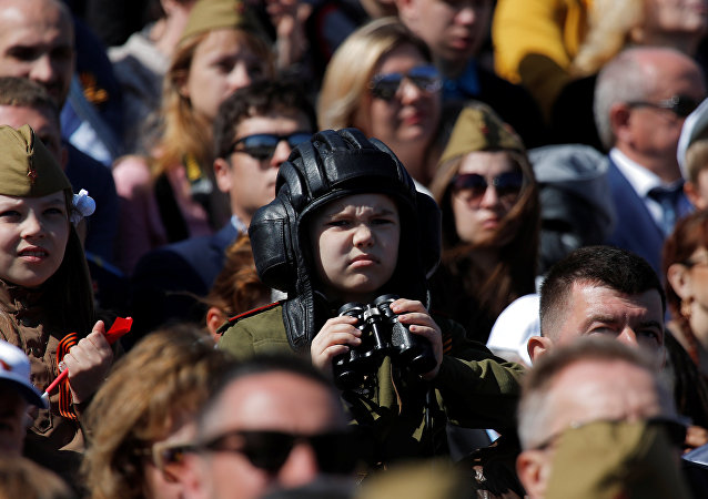 Espectadores acompanhando a Parada de Vitória em Moscou