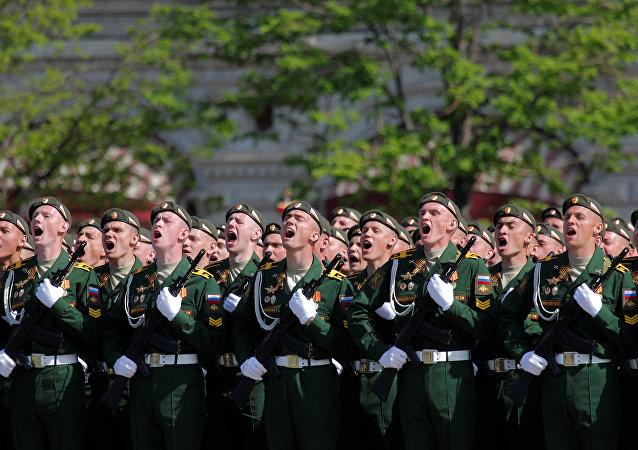 Militares russos desfilando na Parada da Vitória em Moscou