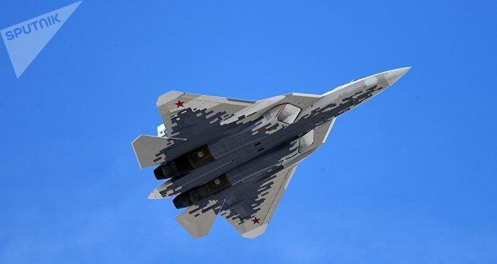 Caça multifuncional de quinta geração Su-57 comemorando a Grande Vitória