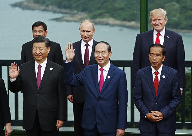 Líderes mundiais posando durante cúpula da APEC, Vietnã (foto de arquivo)