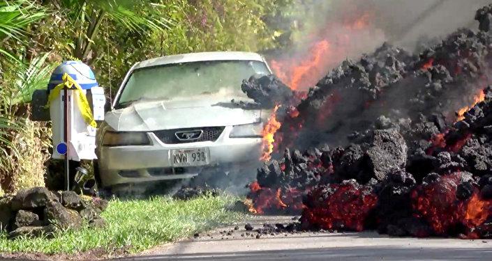 Lava do vulcão engole um carro Ford Mustang em Puna, Havaí (EUA), 6 de maio de 2018