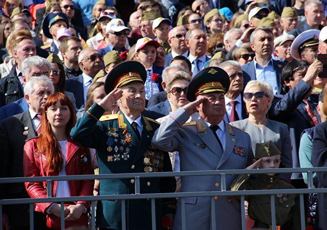 Veteranos de guerra fazem sinal de reverência durante a 73ª Parada da Vitória, na Praça Vermelha, em 9 de maio de 2018