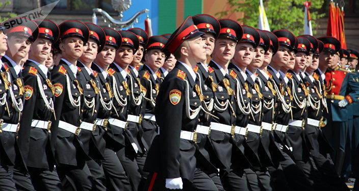 Cadetes da Escola de Cadetes Presidencial de Moscou das Tropas da Guarda Nacional da Federação da Rússia passam pela Praça Vermelha durante a 73ª Parada da Vitória, na Praça Vermelha, em 9 de maio de 2018