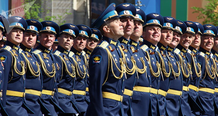 Oficiais e cadetes da Academia da Força Aérea Zhukovsky e Gagarin passam pela Praça Vermelha durante a 73ª Parada da Vitória, na Praça Vermelha, em 9 de maio de 2018