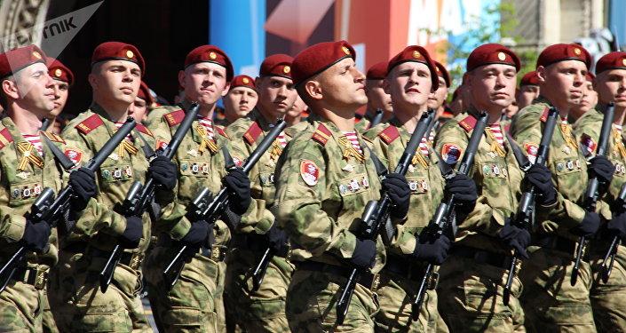 Divisão Operacional Dzerzhinsky do Serviço Federal de Tropas da Guarda Nacional da Rússia passa pela Praça Vermelha durante a 73ª Parada da Vitória, na Praça Vermelha, em 9 de maio de 2018