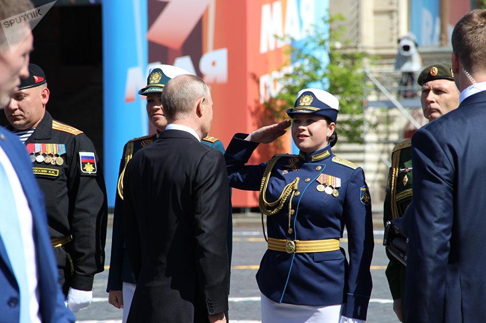 Presidente russo, Vladimir Putin, saúda major Ekaterina Ryakhova, comandante da formatura de cadetes femininas da Academia Militar Aeroespacial Mozhaysky, após a 73ª Parada da Vitória, na Praça Vermelha, em 9 de maio de 2018
