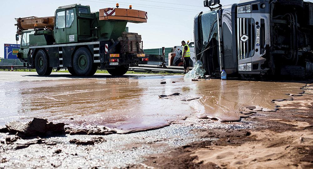 Toneladas de chocolate líquido derramadas pela rodovia A2 no oeste da Polônia