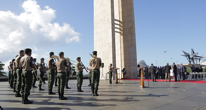 Banda do exército brasileiro executa os Hinos Nacionais da Rússia e do Brasil durante as celebrações do Dia da Vitória no Rio de Janeiro