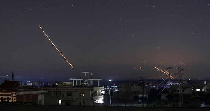 Fogo do míssil visível sobre a cidade síria de Daraa, 10 de maio