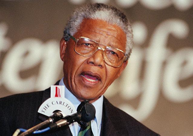 Nelson Mandela discursando em 1994.