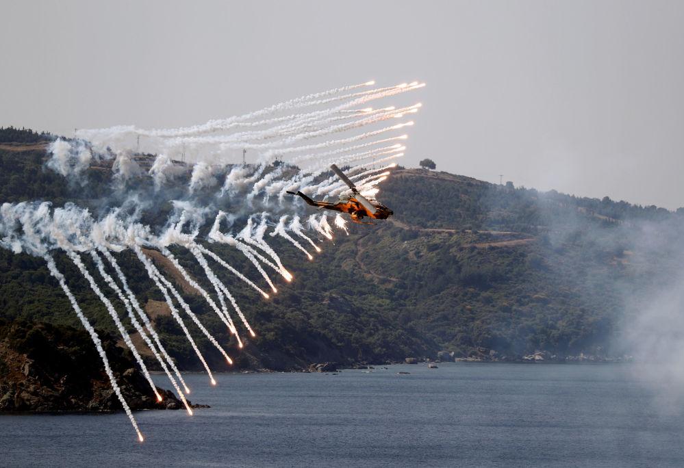 Helicóptero das Forças Armadas da Turquia participa de treinamento de fogos reais durante o exercício militar EFES 2018