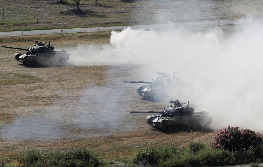 Tanques de combate durante os exercícios que ocorrem entre 7 e 11 de maio de 2018