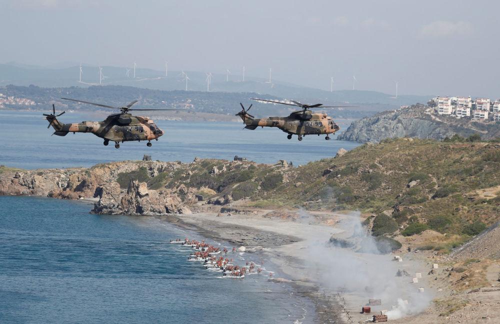 Manobras militares turcas perto da cidade portuária de Izmir, no mar Egeu
