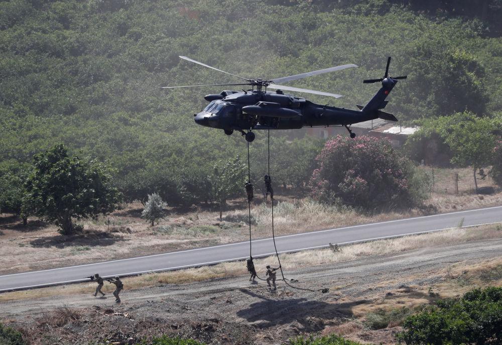 Helicóptero militar sobrevoando a região durante as manobras militares, 10 de maio de 2018
