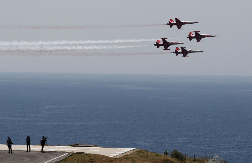 Força Aérea da Turquia executa manobras militares durante o exercício militar EFES 2018, perto da cidade portuária de Izmir no mar Egeu, Turquia, 10 de maio de 2018