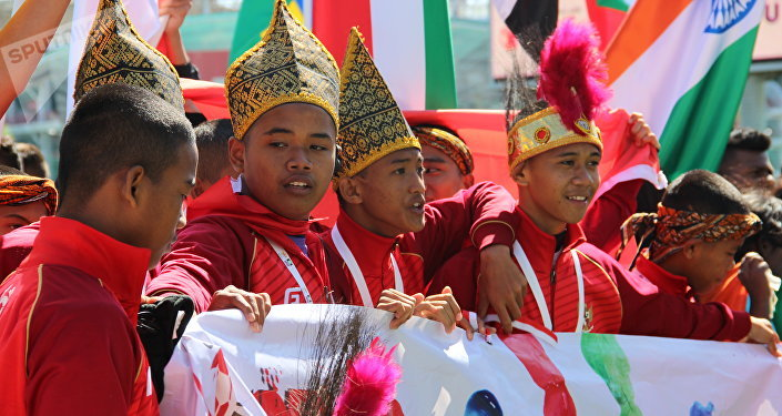 Equipe masculina indonésia na Street Child World Cup 2018 segurando um cartaz Stop Child Abuse (Parem com Abuso das Crianças, em inglês)