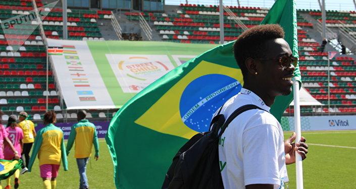 Estudante da Universidade Russa da Amizade dos Povos, Tomas, que está trabalhando como voluntário com a equipe feminina brasileira na Street Child World Cup 2018