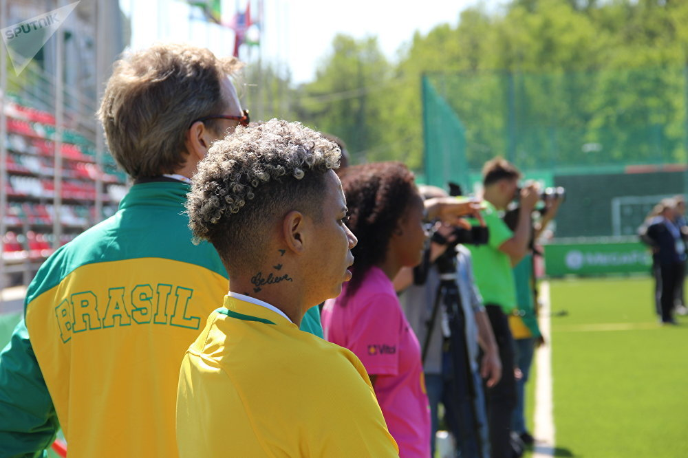 Técnica da equipe feminina brasileira, Jessica, assiste ao amistoso com a Rússia na Street Child World Cup 2018