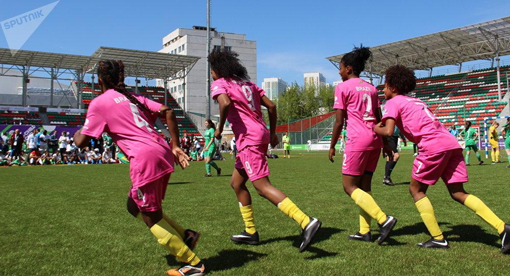 Jogadoras da equipe feminina brasileira durante o amistoso com a Rússia na Street Child World Cup 2018