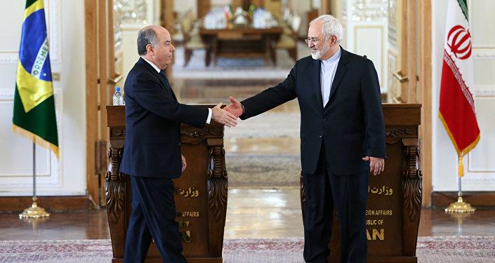 Mohammad Javad Zarif, Ministro das Relações Exteriores do Irã, em encontro com Mauro Luiz Iecker Vieira, Ministro das Relações Exteriores brasileiro, em 2015, em Teerã.