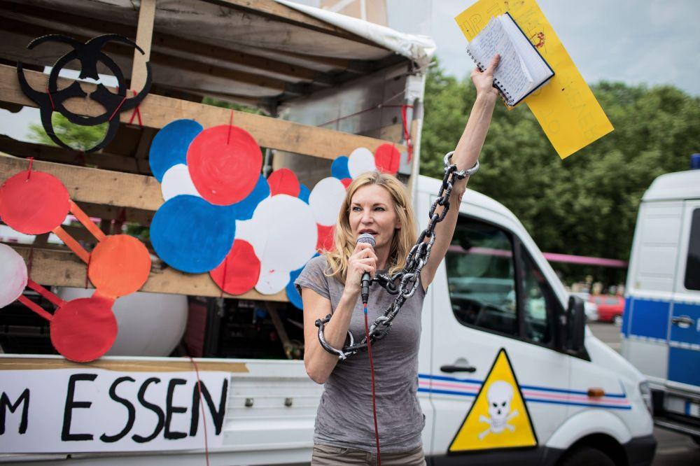 Participante de protesto contra os alimentos trasgênicos durante a minifestação em Berlim.
