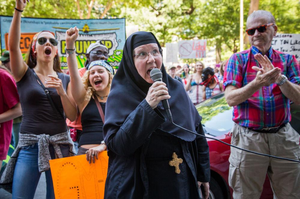 Participantes de protesto contra os alimentos trasgênicos durante a minifestação em Washington.
