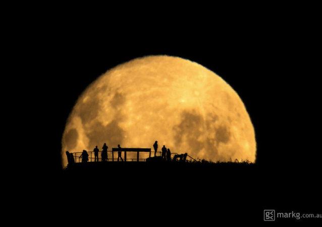 Silhuetas humanas no fundo da lua
